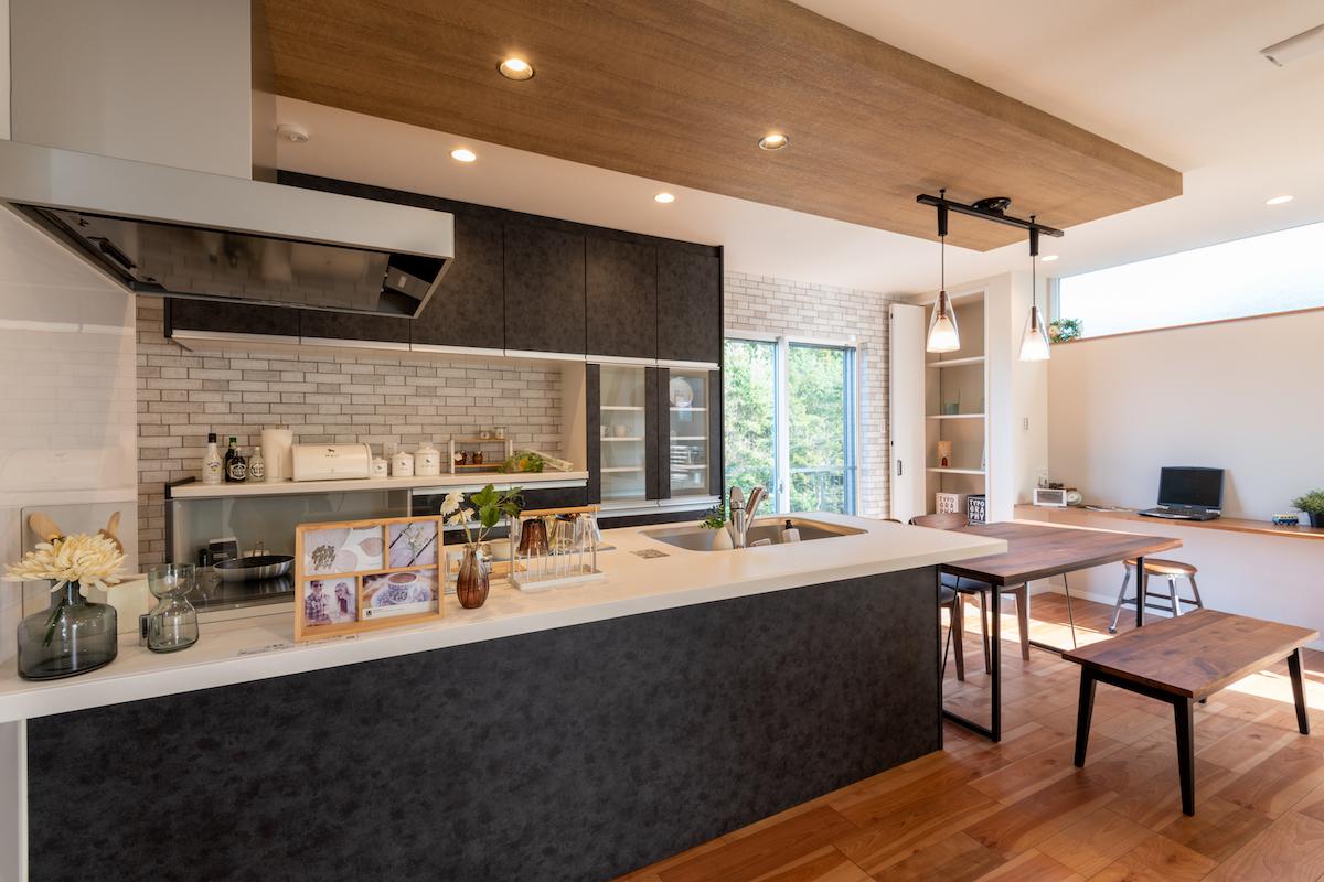 キッチンはパナソニックのヴィンテージメタル!タイル調のクロスと合わせてナチュラルヴィンテージに雰囲気に。