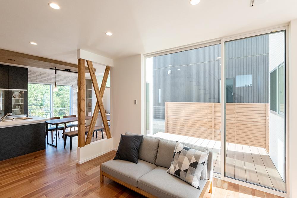 ウッドデッキへの窓は天井いっぱいの高さがあり、一層一体感のある空間に。