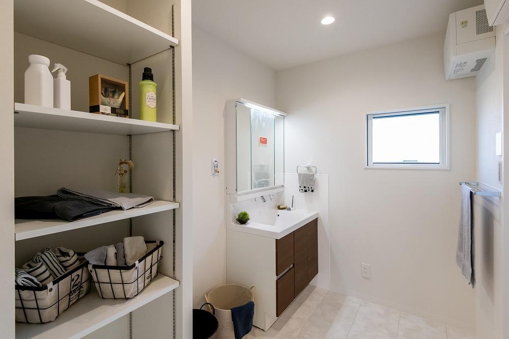 収納付きの洗面室